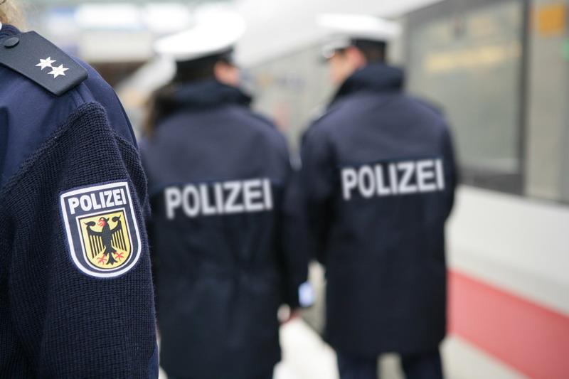 33-Jähriger Schwarzfahrer schlägt mit Gehhilfen auf mehrere Bundespolizisten ein
