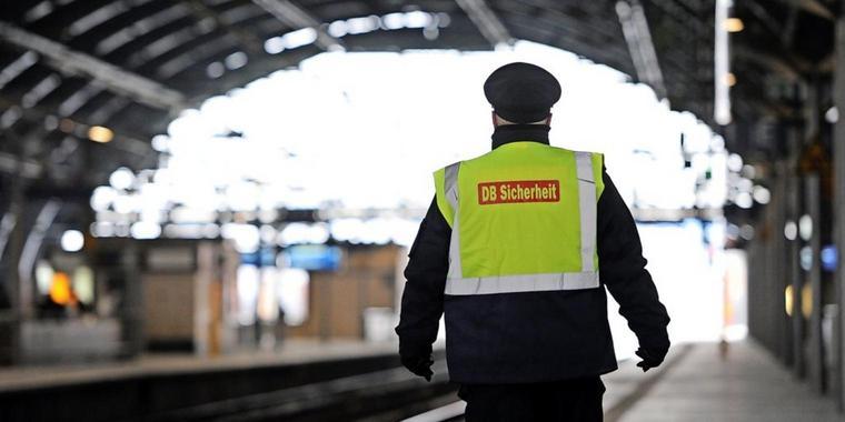 62-Jähriger will Fahrkartenkontrolleur vor S-Bahn schubsen