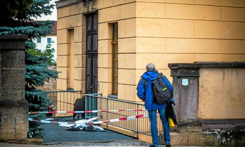 Eingangstür eines Gerichtsgebäudes in Brand gesetzt