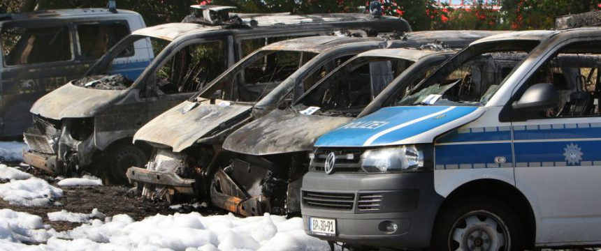 Erneut Brandanschlag auf Polizeifahrzeug