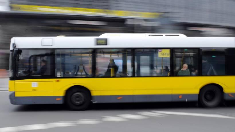 Erneut Unfall mit BVG-Bus – Frau stirbt noch am Unfallort