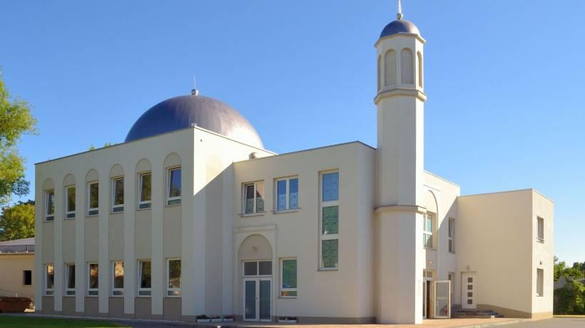 Mann bedroht Mitarbeiter einer Moschee mit Armbrust
