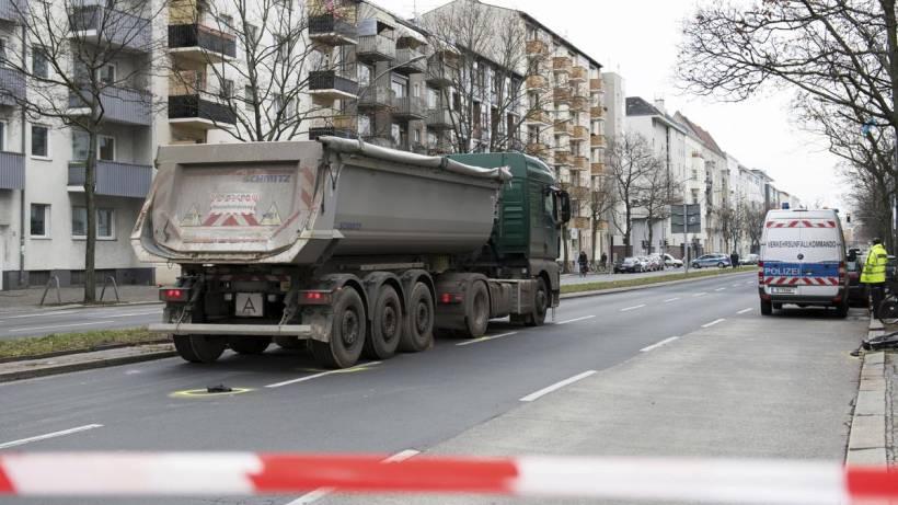 Moabit: Radfahrerin von Sattelschlepper 30 Meter mitgeschleift