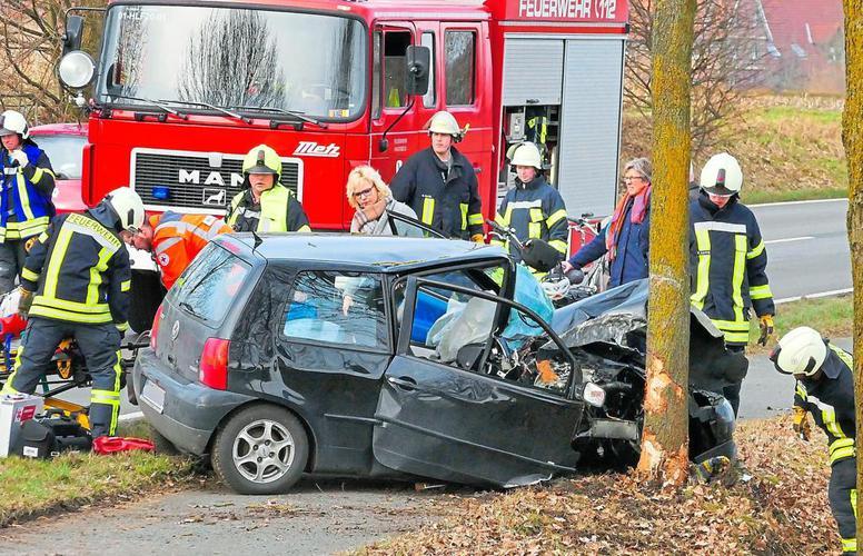 PKW prallt bei Unfall gegen Baum, Wand, Baum, Auto
