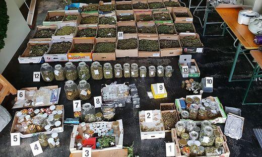 Polizei findet kiloweise Drogen bei Hausdurchsuchungen