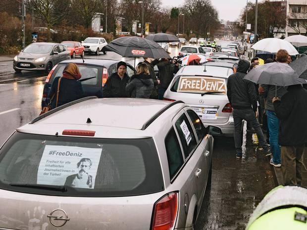 Schwarzfahrer auf Flucht vor Fahrkartenkontrolleuren von Auto erfasst