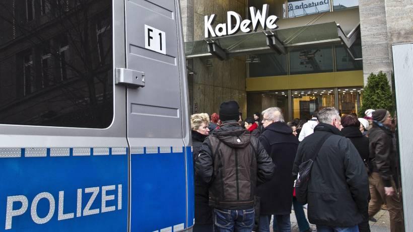 Tauentzienstraße: Maskierte überfallen Modegeschäft