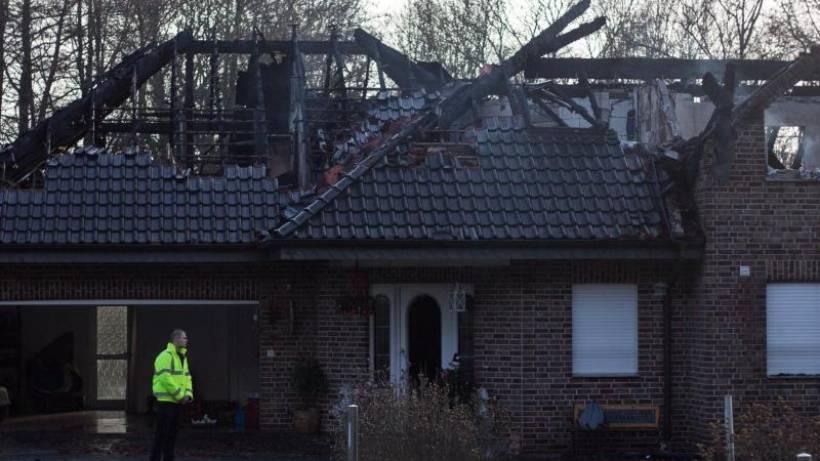 Unbekannte legen Feuer in Wohnhäusern
