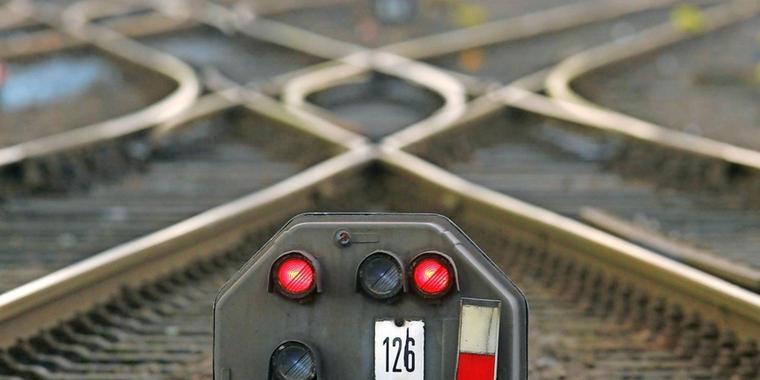 Unbekannte setzen Kabel an S-Bahnstrecke in Brand